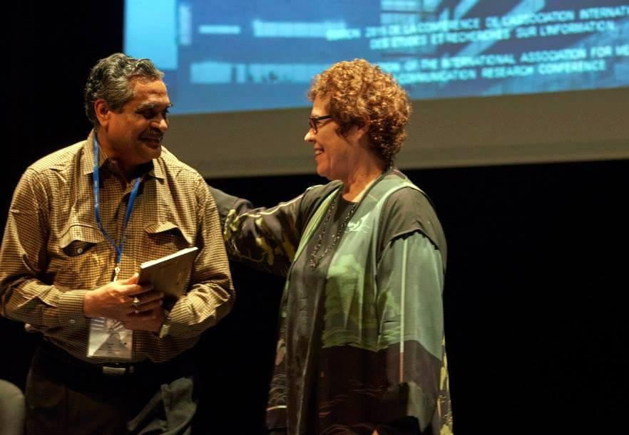 Dipak De received an award marking his contribution to the association from IAMCR president, Janet Wasko. Montréal, 2015.