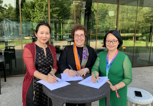CHEN Changfeng, Janet Wasko and CHIN Yik Chan sign the agreement to hold the conference in Beijing