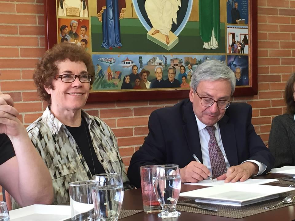 IAMCR president, Janet Wasko, and Uniminuto Rector, Leonidas López Herrán signing the Memorandum of Understanding